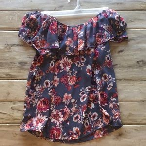 Sleeveless floral blouse. Slight open back slit